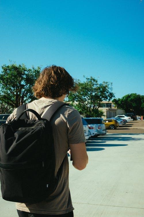 คลังภาพถ่ายฟรี ของ กระเป๋าเดินทาง, กระเป๋าเป้, การถือ, การยืน