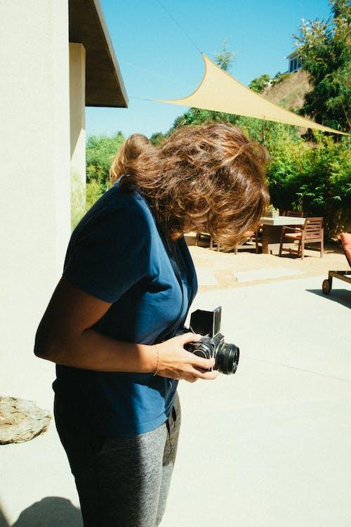 Immagine gratuita di donna, fotocamera, persona, scattare foto