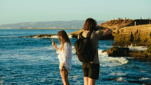 Immagine gratuita di costa, divertimento, donna, in piedi
