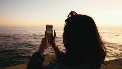 Immagine gratuita di alba, crepuscolo, donna, mare