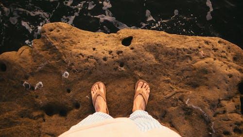 Fotobanka sbezplatnými fotkami na tému noha, obuv, papuče, útes