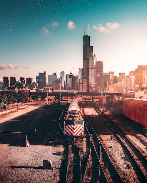 Photos gratuites de bâtiments, centre-ville, chemin de fer, entraîner