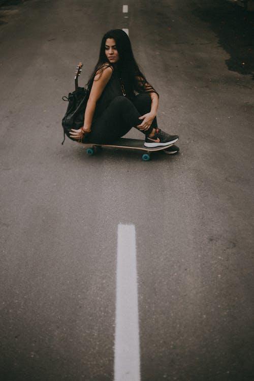 Gratis arkivbilde med 20-25 år gammel kvinne, asfaltvei, brasiliansk kvinne, gate