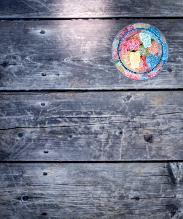 ahşap, ahşap zemin, ayıcık jelibonlar içeren Ücretsiz stok fotoğraf