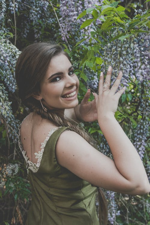 Foto stok gratis bagus, berambut cokelat, cantik, Daun-daun