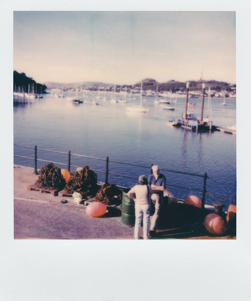 anlık film, ayakta, deniz araçları, deniz kenarı içeren Ücretsiz stok fotoğraf