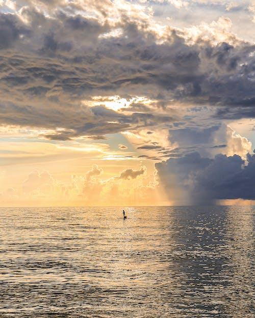 夜明けの海の風光明媚な写真