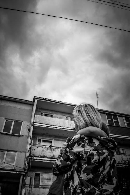 Immagine gratuita di abbraccio, bianco e nero, cieli oscuri