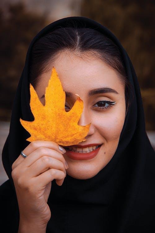 Foto stok gratis bibir merah, daun maple, ekspresi muka, ekspresi wajah
