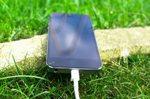 Space Grey Iphone 6 Auf Grünem Gras