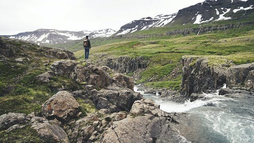 Ingyenes stockfotó Férfi, fű, hegy, hegyek témában