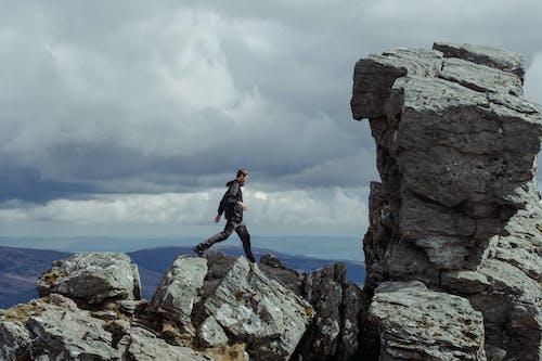 Fotos de stock gratuitas de acantilado, al aire libre, alto, ascender