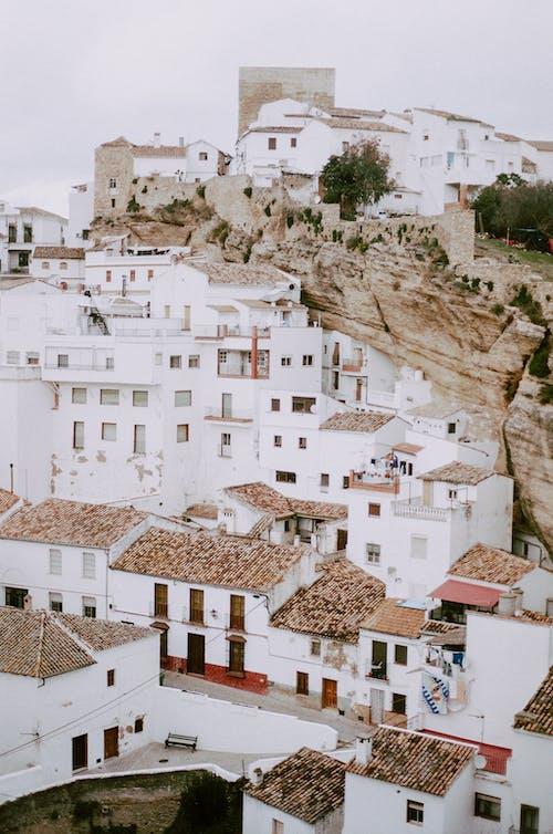 Fotobanka sbezplatnými fotkami na tému biele domy, cestovať, dedina, filmová fotografia