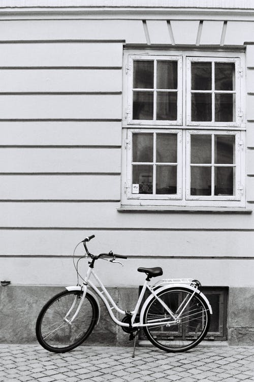 Immagine gratuita di bianco e nero, bicicletta, esterno, finestra