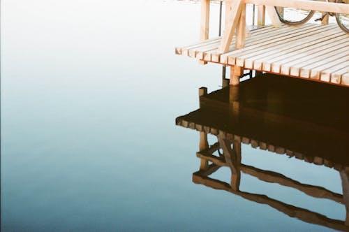 Бесплатное стоковое фото с озеро, отражение, пленочная фотография, причал