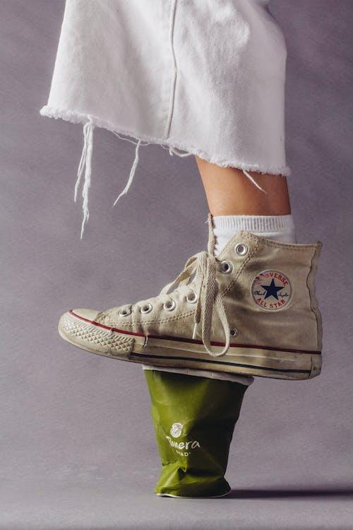Foto stok gratis alas kaki, biasa saja, cangkir hijau, cangkir kertas