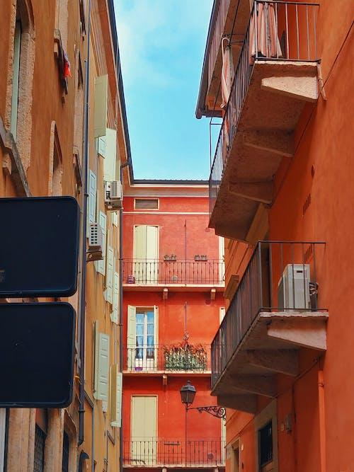 低角度拍攝, 城鎮, 外觀, 巷弄 的 免费素材照片