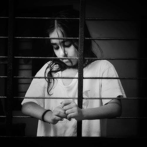 Immagine gratuita di bambini, bambino asiatico, bianco e nero, molto triste
