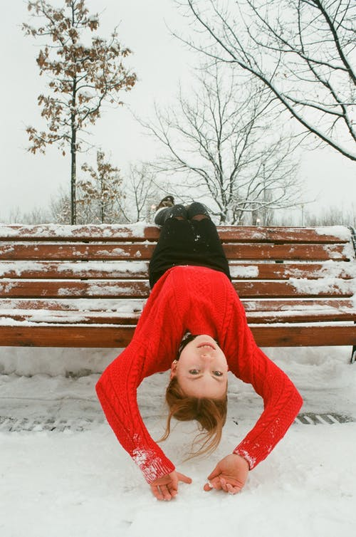 Základová fotografie zdarma na téma červený svetr, dítě, holé stromy, lavička