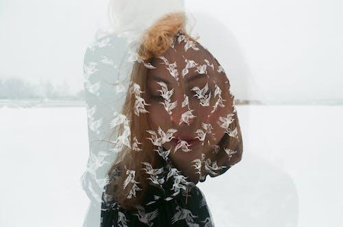 Отражение стоящей женщины