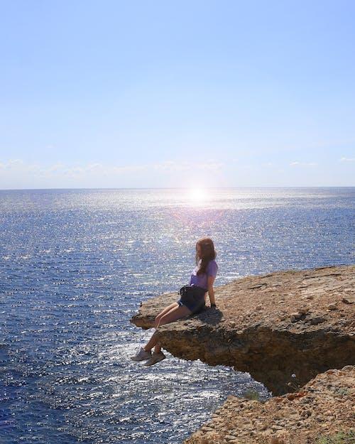 Foto stok gratis bermimpi, gadis-gadis cantik, laut, pantai tebing
