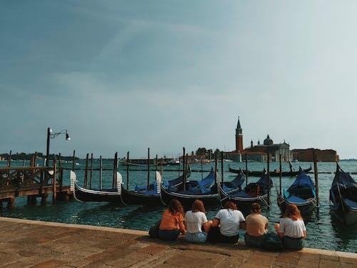 Darmowe zdjęcie z galerii z czekanie, dok, gondola, gondolier