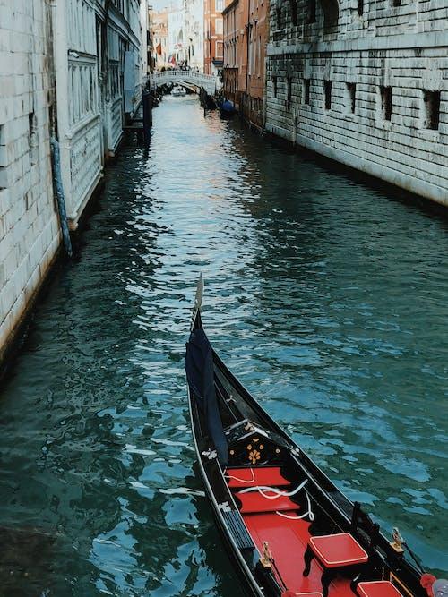 Zwarte En Rode Rondvaartboot Op Canal Grande
