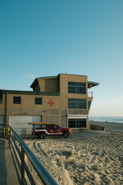 Безкоштовне стокове фото на тему «аварійна ситуація, автомобіль, архітектура, берег»