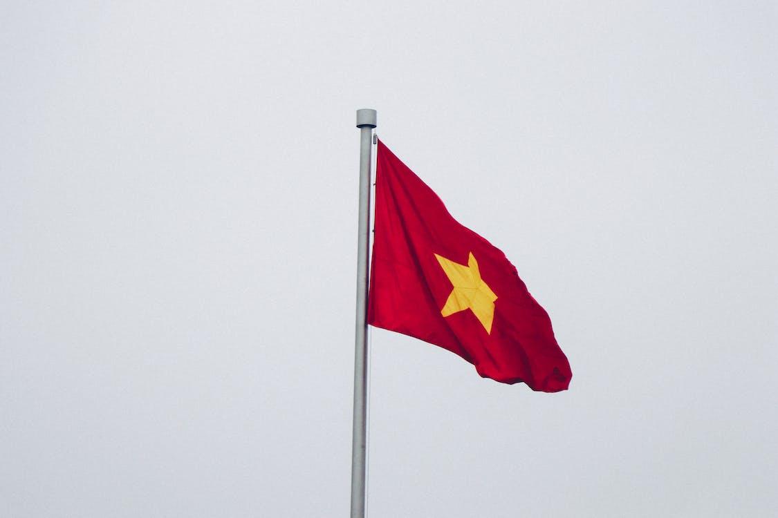 赤と黄色の旗のクローズアップ写真