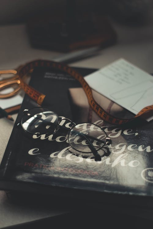 Бесплатное стоковое фото с в помещении, документы, измерительная лента, книга