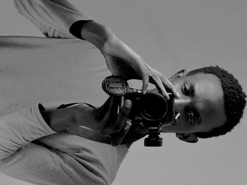 Foto profissional grátis de uma pessoa tirando uma foto