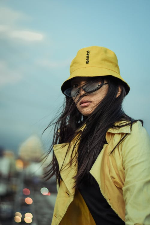 Бесплатное стоковое фото с азиатка, Азиатская девушка, ведро шляпа, ветреный