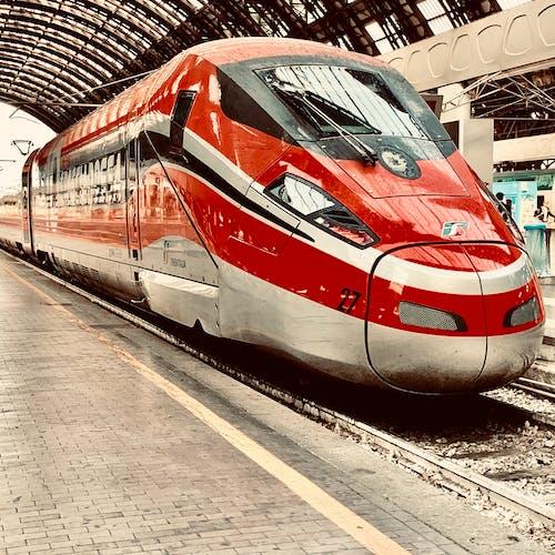 Безкоштовне стокове фото на тему «Громадський транспорт, Залізничний вокзал, локомотив, платформа»