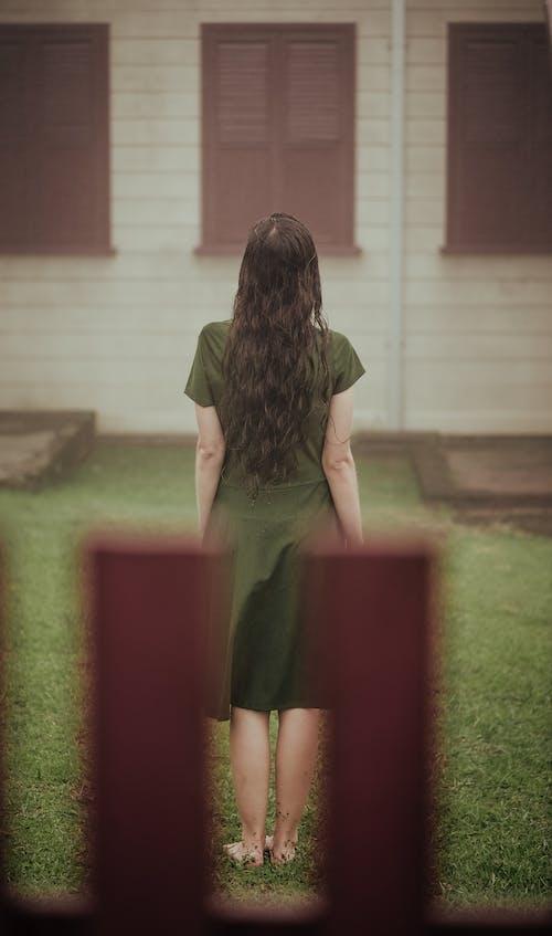 Бесплатное стоковое фото с босиком, вид сзади, длинные волосы, дом