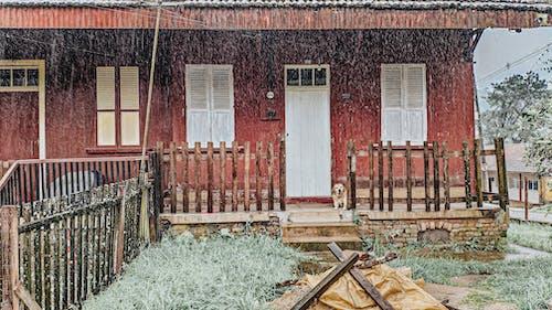 Бесплатное стоковое фото с архитектура, дождь, дом, забор