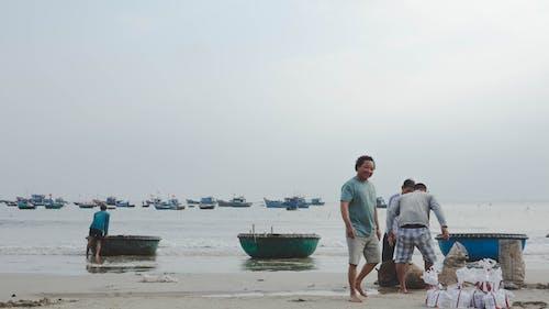 Darmowe zdjęcie z galerii z kuter rybacki, łódź, ludzie, plażowanie