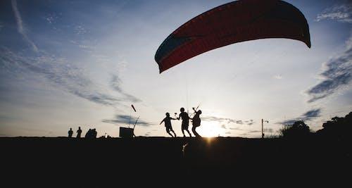 Imagine de stoc gratuită din muscă, oameni, parașută, pe deal