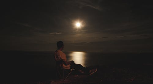 Foto profissional grátis de assistindo, lua cheia, moço, noite