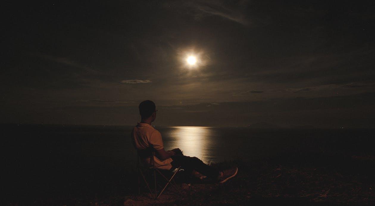 młody człowiek, noc, ocean