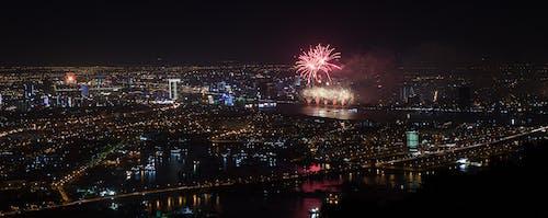 Imagine de stoc gratuită din apă curgătoare, artificii, foc de artificii, oraș noaptea
