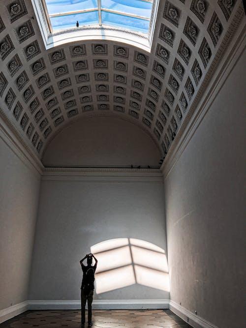 Безкоштовне стокове фото на тему «архітектура, Будівля, людина, персона»