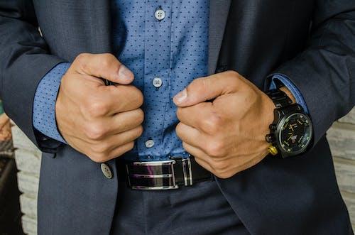Бесплатное стоковое фото с 20-25 лет мужчина, наблюдать, наручные часы, синий костюм