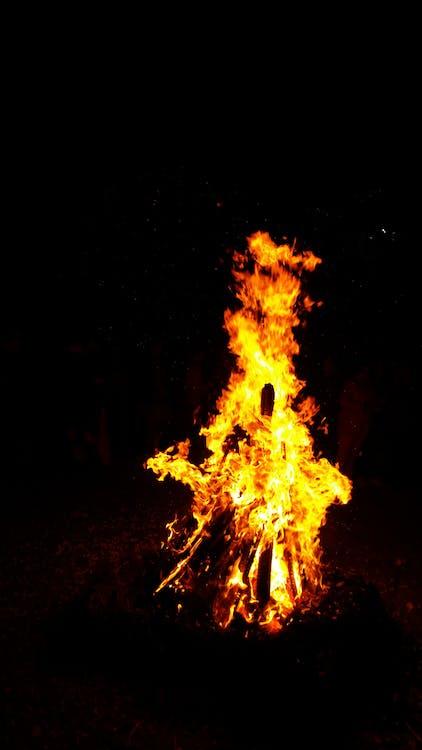 aprinde, aprins, arde