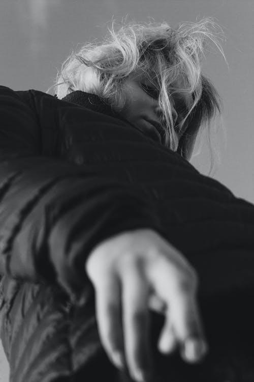 Безкоштовне стокове фото на тему «відтінки сірого, дивитися вниз, жінка, чорно-білий»