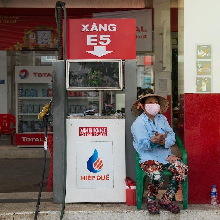 Person, Die Neben Benzinpumpe Sitzt