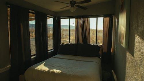 Gratis lagerfoto af gardiner, hotelværelse, indendørs, interiør