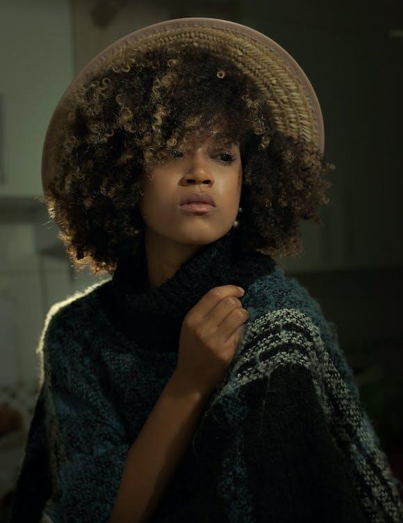 à l'intérieur, afro, beau