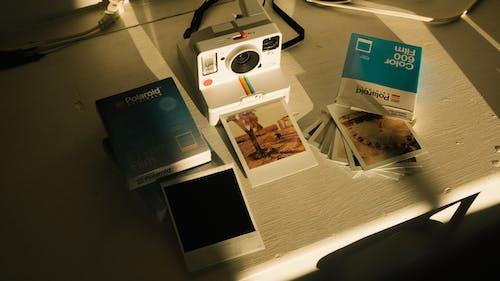 Foto d'estoc gratuïta de càmera, càmera instantània, pel·lícula instantània, pel·lícules