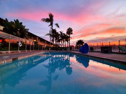 Безкоштовне стокове фото на тему «басейн, берег моря, біля басейну, вечір»