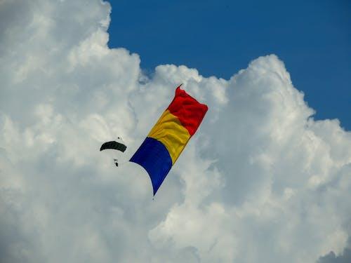 Gratis arkivbilde med blå, fallskjermjeger, flagg, foto